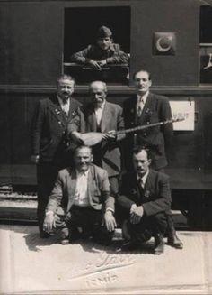 Aşık Veysel 1956 senesinde ziyaret için geldiği İzmir'de, Basmane Garı'nda görevlilerle beraber