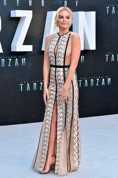 Margot Robbie usa vestido longo nude e sandália de tiras prata