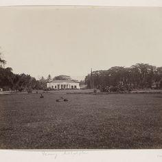 Raadhuis en Michielsmonument aan het Michielsplein in Padang, anonymous, c. 1860 - c. 1900 - Rijksmuseum