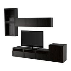 IKEA - BESTÅ, Ansamblu depozitare TV/uşi sticlă, nm/Selsviken lucios/sticlă fumurie, sertar deschidere apăsare, , Sertarele au deschidere prin apăsare integrată; se deschid uşor cu o singură apăsare.Cu trei sertare mari este uşor să păstrezi telecomenzile, consolele de jocuri şi alte accesorii TV în ordine.Ește ușor să ascunzi cablurile de la TV și alte dispozitive, dar să rămână la îndemână; comoda TV are orificii pentru cabluri în spate.Orificiul pentru cabluri din partea superioară…