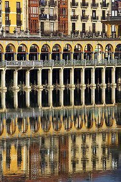 El Tingladillo reflejado en el río Oria, Tolosa, Gipuzkoa