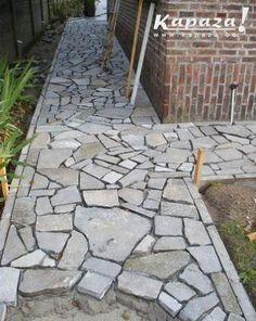 Driveway Landscaping, Landscaping With Rocks, Outdoor Landscaping, Flagstone Path, Stone Walkway, Backyard Patio Designs, Diy Patio, Garden Stones, Garden Paths