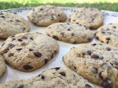 """Une recette de cookies se mesurant en """"cup"""" (verre, mug...) donc très facile pour initier les enfants aux mesures (un peu à la manière d'un gâteau au yaourt). Préparation : 15 minutesCuisson : 10 minutes Pour une douzaine de biscuits - 1/3 cup d'huile..."""
