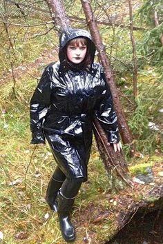 Femmes in Rubber Boots Vinyl Raincoat, Pvc Raincoat, Hooded Raincoat, Plastic Raincoat, Hooded Cloak, Mode Latex, Wellies Rain Boots, Green Raincoat, Vinyl Clothing