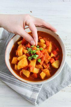 und dabei schmeckt das vegane Kartoffelgulasch noch mega lecker. Ich empfehle das vegane Gulasch morgens zu kochen und abends zu essen. Das Kartoffelgulasch