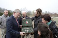 14 maart 2013 - Burgemeester Van Zanen heeft z'n ambtsketting wel bij zich, maar niet om tijdens het aanplanten