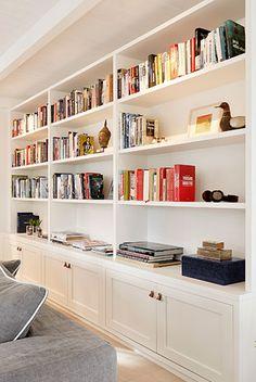 Biblioteksvæg bygget til stedet Home Library Design, Small Space Interior Design, Home Room Design, House Design, Built In Shelves Living Room, Bookshelves In Living Room, Bookshelves Built In, Bookcases, Home Living Room
