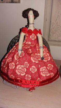 Tilda punaisella mekolla