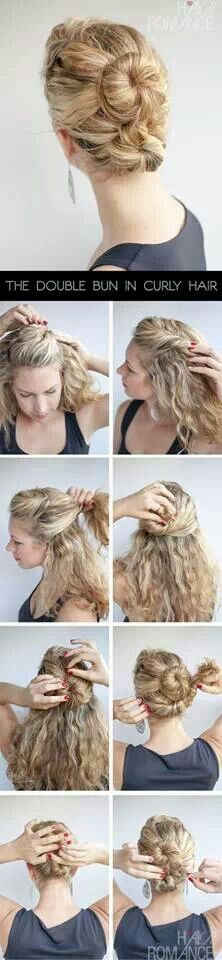 un chongo doble para cabello rizado