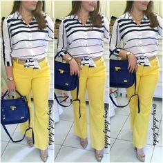 Calça amarela + blusa de listras azul marinho e branco