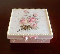 Imagen relacionada Decoupage Vintage, Decoupage Box, Mixed Media Boxes, Altered Cigar Boxes, Scrapbook Box, How To Make Box, Tea Box, Pretty Box, Jewellery Boxes