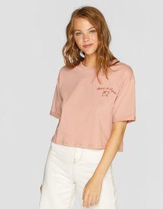 https://www.stradivarius.com/es/mujer/nuevo/camiseta-crop-flock-c1020161505p300831626.html?colorId=148