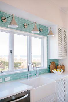 Dream Beach House Tour - Zweiter Tag (House of Turquoise) - Hausmodell Beach House Tour, Dream Beach Houses, Beach House Decor, Beach Kitchen Decor, Beach House Designs, Beach House Interiors, Florida Beach Houses, Retro Beach House, Beach House Colors