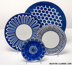 vajillas en azul y blanco