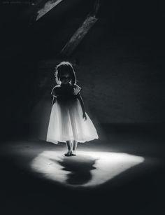 idée : clair obscure créé par un puit de lumière : mettre en lumière, mettre en scène