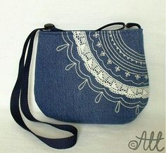 Riflová s krajkou lovely denim bag Denim Purse, Tote Purse, Tote Bags, Patchwork Bags, Quilted Bag, Jean Purses, Purses And Bags, Craft Bags, Recycled Denim