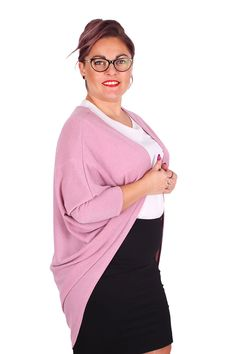 Asymetrický trendový oversize cardigan pre moletky je skvelým doplnkom či už k nohaviciam alebo k suknia. Zahreje v chladnom počasi, je nekrčivý, teda ho môžeš hoc aj skrútiť do klbka a šup s ním do kabely, keby si ho potrebovala odložiť bokom. Cardigan je v ponuke v troch úžasných farbách.Klikni a vyber si ten svoj :) Dodanie cca 10-15 pracovných dní