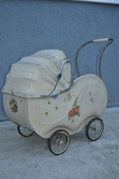 This category will tell you the best lightweight baby strollers you can buy. Vintage Pram, Vintage Tins, Vintage Dolls, Vintage Stroller, Prams And Pushchairs, Baby Buggy, Dolls Prams, Doll Beds, Old Dolls