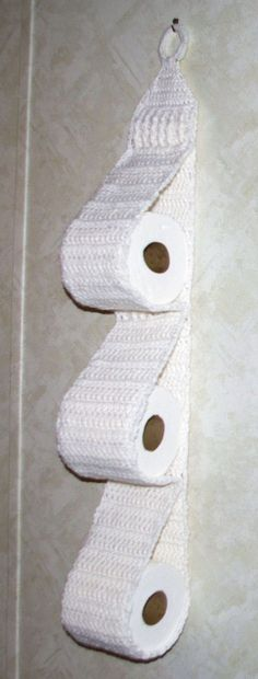 Hanging Three Roll Toilet Tissue Holder Free Crochet Pattern ༺✿ƬⱤღ www… Crochet Diy, Crochet Gratis, Crochet Motifs, Crochet Home Decor, Funny Crochet, Crochet House, Crochet Ideas, Knitting Patterns, Crochet Patterns