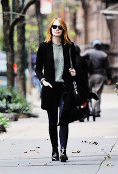Emma Stone wears a ribbed sweater, long blazer, dark wash skinny jeans, ankle… Emma Stone Street Style, Emma Stone Style Casual, Celebrity Outfits, Celebrity Style, Estilo Emma Stone, Emma Stone Outfit, Winter Outfits, Casual Outfits, Chica Cool