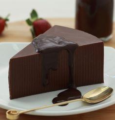 Puding cokelat saus cokelat, hidangan penutup yang lezat dan menyehatkan.