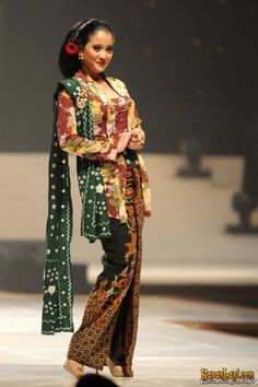 Indonesian traditional dress. #Kebaya Indonesian Kebaya, Indonesian Wedding, Batik Kebaya, Kebaya Dress, Kebaya Jawa, Model Kebaya Modern, Indonesia Fashion Week, Hijab Dress Party, Asian Fabric