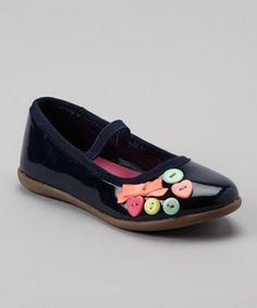Little ones will love their look in these flower-embellished mary janes. Thanks to an elastic strap, they feature top-notch comfort too.