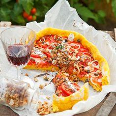 Keskikesän piiraasta löytyvät kasvihuoneen parhaimmat antimet, auringon kypsyttämät makeat tomaatit ja pienet kesäsipulit.