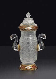 Flacon et son couvercle en cristal de roche, or et émail, la monture peut-être Autriche-Hongrie, fin XIXème siècle; le cristal de roche, Inde moghole, XIXème siècle.