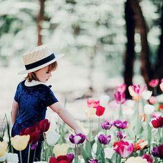 Tulips will always be a favourite of mine... so pretty  @jessicaannalockhart ... happy Saturday xx #acornkids  #kidshats #hats #sunhats #kidssunhats #summmerhats #beachhats #summer #kidsfashion #kidsaccessories #accessories #girlsfashion #cutekids #tulips #flowers #kidsphotography