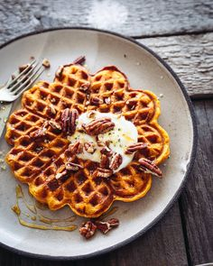 A quick and simple Pumpkin Spice Waffle made with wholemeal flour, packed with fibre! Great for your healthy, autumnal brunch needs with a crispy outside and custard-y centre. Slow Cooker Breakfast, Savory Breakfast, Sweet Breakfast, Breakfast Dessert, Breakfast Recipes, Breakfast Club, Breakfast Ideas, Pumpkin Spice Waffles, Bon Appetit