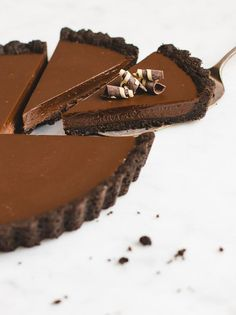 Usher in your week with this No Bake Chocolate Tart! Oreo crust and chocolate ganache filling!Usher in your week with this No Bake Chocolate Tart! Oreo crust and chocolate ganache filling! Slow Cooker Desserts, No Bake Desserts, Just Desserts, Dessert Recipes, Easy Tart Recipes, No Bake Chocolate Desserts, Fancy Desserts, No Bake Recipes, Delicious Desserts