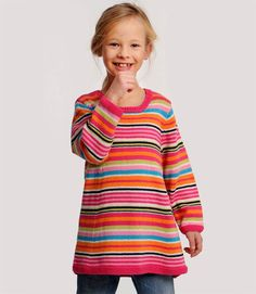Den søde tunikakjole kan simpelt hen strikkes i alle yndlingsfarverne. Tag den heldige pige med hen i garnforretningen og lad hende selv vælge. Der er også plads til at få brugt garnrester, I allerede har.