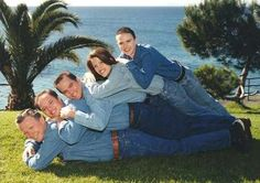View the Funniest & Most Awkward Family Portraits at Awkward Family Photos. Discover the web's online celebration of uncomfortable moments! Funny Family Pictures, Funny Family Photos, Funny Photos, Funny Christmas Pictures, Christmas Photos, Funny Images, Christmas Cards, Photoshop Fails, Family Portraits What To Wear