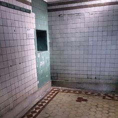 綠色牆壁與靜止的窗口
