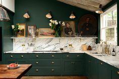 cuisine-verte-peinture-armoires-vert-foncé-crédence-marbre-blanc