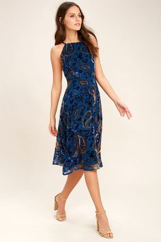 A little romance goes a long way with the Unforgettable Encounter Navy Blue Velvet Print Midi Dress! Blue, beige, and brown velvet print embellishes this woven poly midi dress with an an apron neckline, darted bodice, and figure skimming skirt. Adjustable straps cross at back. Hidden back zipper/clasp.