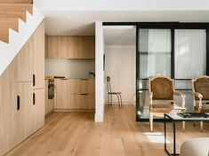 Un sótano de 45 m2 convertido en un apartamento lleno de vida, serenidad e iluminación. La línea de diseño blanco y en madera maciza comunica toda la planta de una manera fluida y contemporánea. Stairs In Kitchen, Divider, Room, Furniture, Home Decor, Hardwood Stairs, Small Hall, Semi Detached, Apartments
