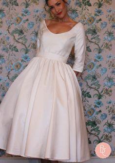Robe de mariée mi longue en ottoman de soie. Manches 3/4. Dos ajouré en forme de coeur.