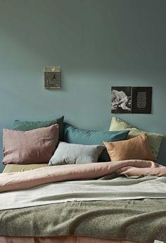 cozy bedroom design, bedroom inspirations, cozy bed, italianbark interior design blog, green wall bedroom, colourful pillows bedroom, green headboard, testaletto verde #bedroomdesign