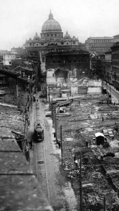 """""""Spina di Borgo"""" abbattuta nel 1929 durante il fascismo per realizzare la grande Via della Concililazione, progettata dagli 'Arch.Piacentini e Spaccarelli."""