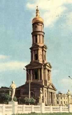Een oude postkaart, rond 1966, van Charkov (nu in Oekraïne). Op de ommekant staat: architecturaal monument uit de 18de eeuw. Kerk kregen de soviets blijkbaar niet uit hun pen gewrongen.