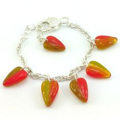 Komplet biżuteriidamskiej wykonany ręcznie. Kolczyki i bransoletka na mosiężnym łańcuszku w kolorze srebrnym z zawieszkami charms w kształcie serduszek jablonex w odcieniu zielono czerwonym.
