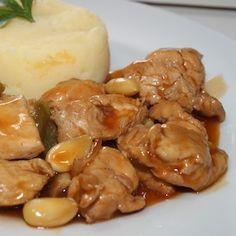 pollo con almendras con una dosis (muy generosa) de salsa de soja.