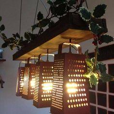 Une suspension originale faite avec trois râpes fixées sur une planche de bois,  pour éclairer son plan de travail