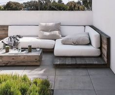 Pallet Outdoor Furniture For my soon to be roof terrace? - Built-in outdoor seating saves you from splurging on new furniture. Here are 10 designs for built-in sofas to create an outdoor living room. Garden Seating, Outdoor Seating, Outdoor Rooms, Outdoor Living, Outdoor Decor, Lounge Seating, Outdoor Daybed, Lounge Areas, Outdoor Pallet