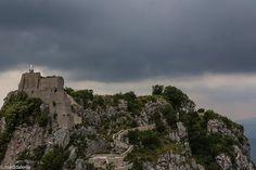 """Foto: """"C'è qualcosa di stranamente maestoso nella calma di un posto come questo. Vi regna, per lo più, un silenzio perfetto"""".  Samuel Morse descriveva con queste parole il suo ingresso a #Cervara di #Roma. www.visitlazio.com/dettaglio?title=cervara-di-roma-la-rocca-piu-alta-del-lazio&articleId=698132 (foto di Maddalena Sebellin) https://flic.kr/p/nWeFry"""