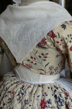 Caraco et jupe piquée en indienne peinte milieu du XVIII siècle. Fichu en mousseline brodée au point de Beauvais.