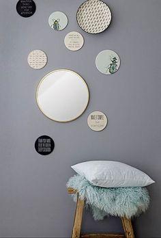 Hang je favoriete bordjes aan de muur. Maak er een mooie compositie van met een ronde spiegel erbij.