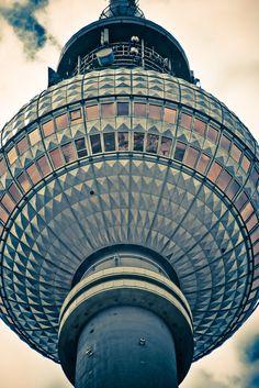 Hoch oben sieht #Berlin fazinierend aus - #Fernsehturm